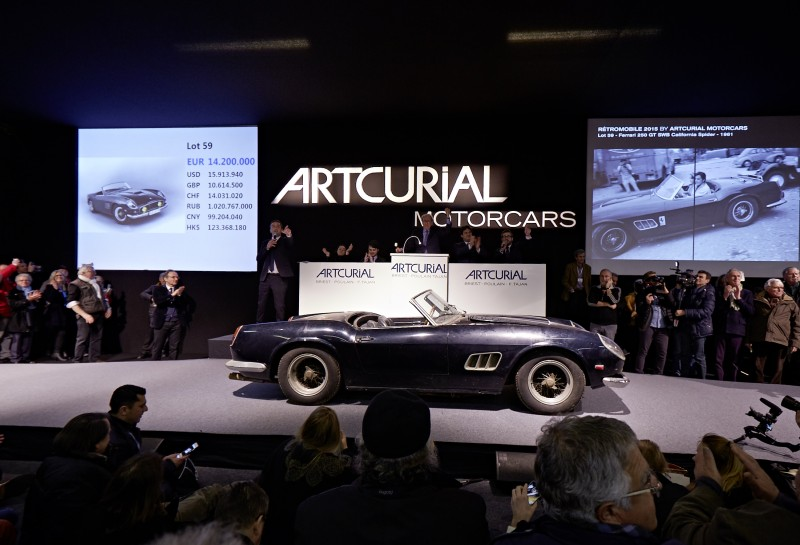 16.3M€-Ferrari_250_GT_SWB_California_Spider_(en_salle),_Collection_Baillon_1961©_Artcurial[1]